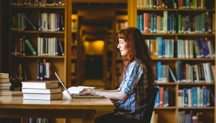 Student in bibliotheek met muizen