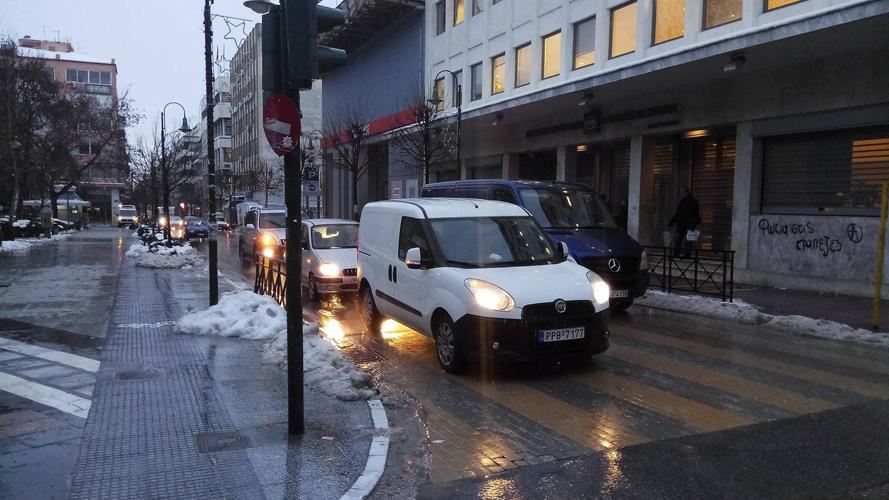 """Ο """"Βίκτωρ"""" λιώνει τον πάγο στη Λάρισα- Δείτε πως είναι οι δρόμοι στο κέντρο (Φωτό)"""