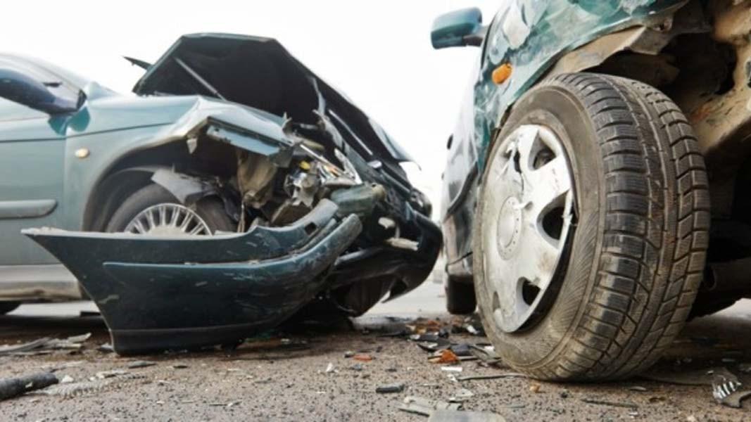 Τρία άτομα στο νοσοκομείο από σύγκρουση αυτοκινήτων στην Αγιά