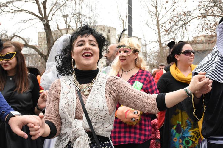 Το πάρτι ξεκίνησε: Τα μπουλούκια κατέκλυσαν το κέντρο της Λάρισας - Δείτε βίντεο και μεγάλο φωτορεπορτάζ!