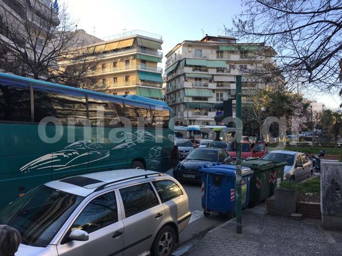 Εγκατέλειψε το αυτοκίνητο στη μέση του δρόμου και προκάλεσε κυκλοφοριακό χάος στο κέντρο της Λάρισας! (φωτό)