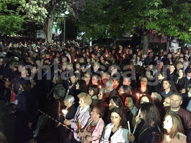 Χιλιάδες Λαρισαίων στην Κεντρική πλατεία της πόλης για την κορύφωση του Θείου Δράματος (φωτό – video)