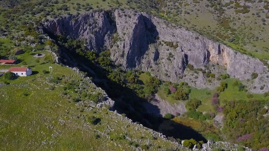 Ο άγνωστος κρατήρας μετεωρίτη δίπλα στην Εθν. οδό Λάρισας - Τρικάλων και ο θρύλος που τον συνοδεύει (φωτό - βίντεο)