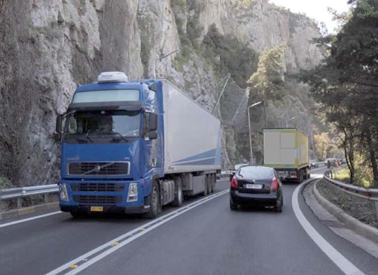 Ξέφραγο αμπέλι ο παλιός δρόμος στα Τέμπη – Ανενόχλητα περνούν φορτηγά παρά την απαγόρευση