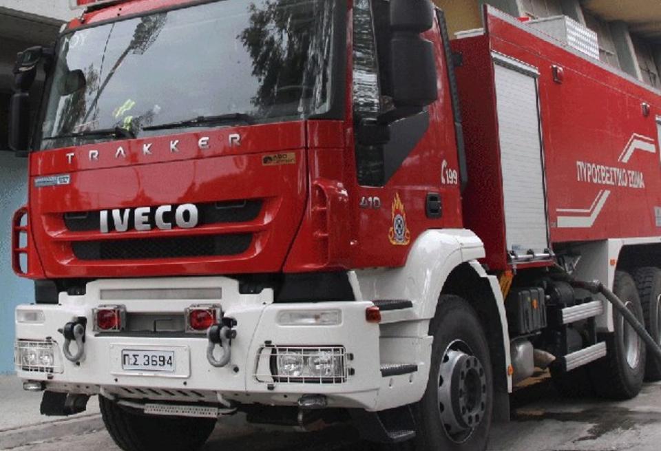 Αυτοκίνητο πήρε φωτιά στην Φαρσάλων – Απομακρύνθηκε έγκαιρα ο οδηγός