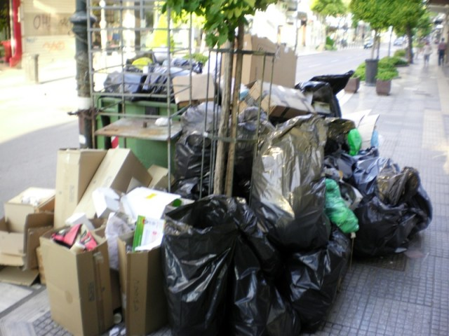skoup4 1 - Βουνά τα σκουπίδια στη Λάρισα – Άσχημη η εικόνα στο κέντρο της πόλης