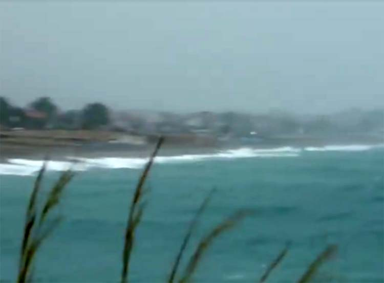 Σε... χειμωνιάτικο φόντο ο Αγιόκαμπος - Δείτε σε βίντεο τι συμβαίνει στα παράλια το απόγευμα της Κυριακής