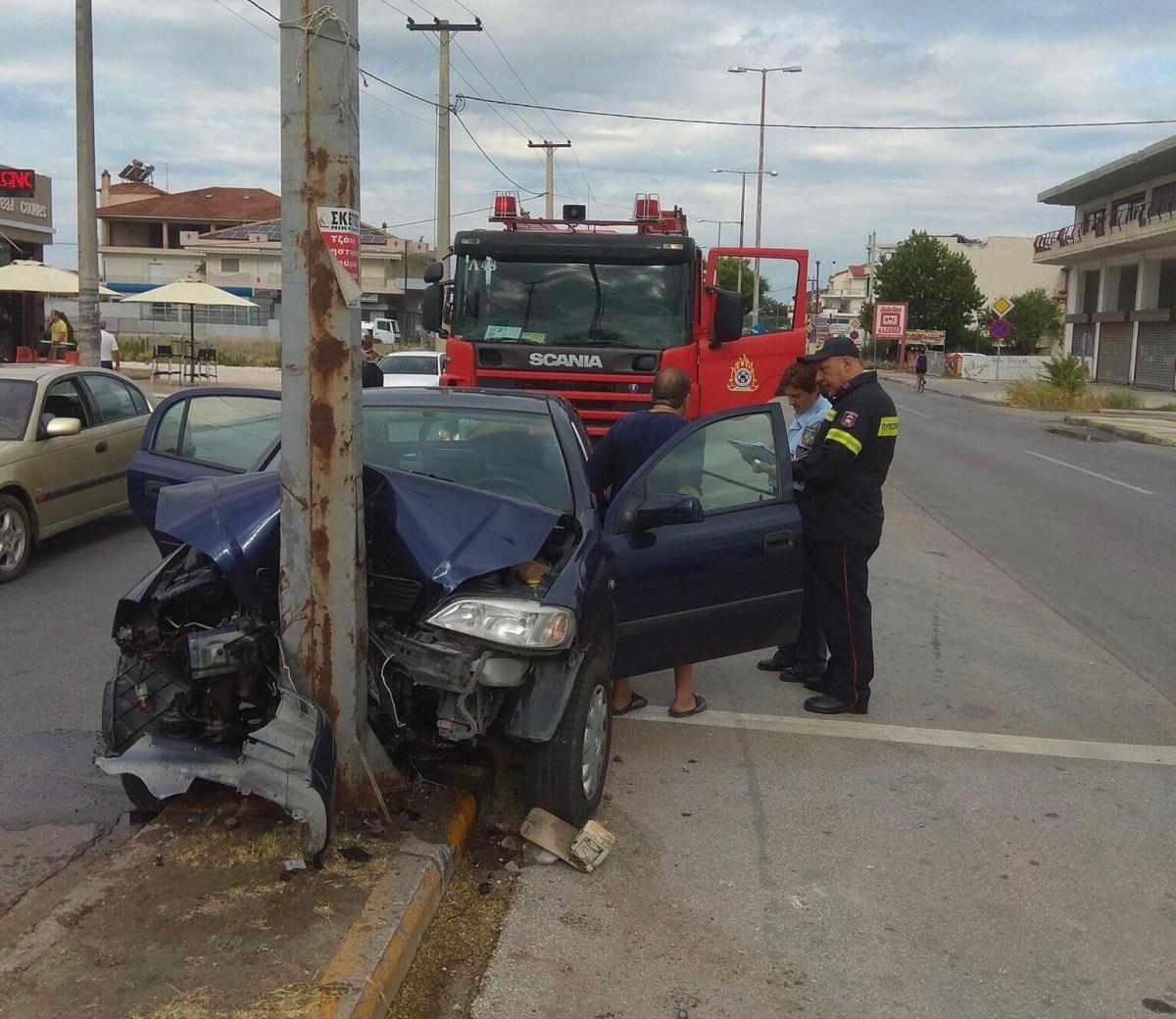 Αυτοκίνητο έπεσε πάνω σε κολώνα στην οδό Βόλου - Δύο τραυματίες (φωτο)