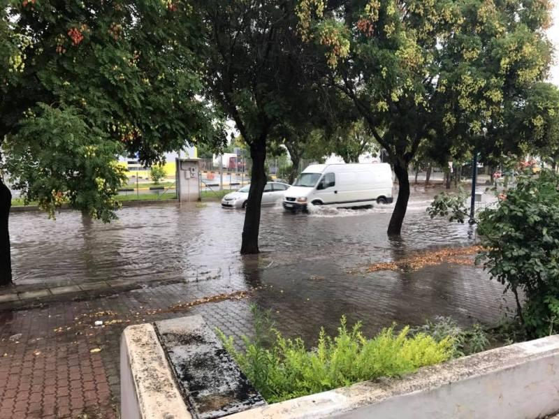 Προβλήματα σε δρόμους της Λάρισας από την συνεχή νεροποντή (ΦΩΤΟ)