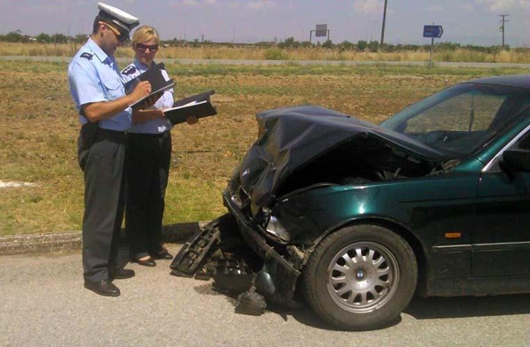 Αυτοκίνητο έπεσε πάνω σε σταθμευμένο όχημα στο Αβέρωφ - Δύο τραυματίες στο Γενικό Νοσοκομείο Λάρισας