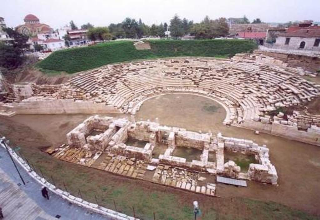 Τουρίστρια προσπάθησε να πάρει για ενθύμιο … πέτρα από το Αρχαίο Θέατρο!