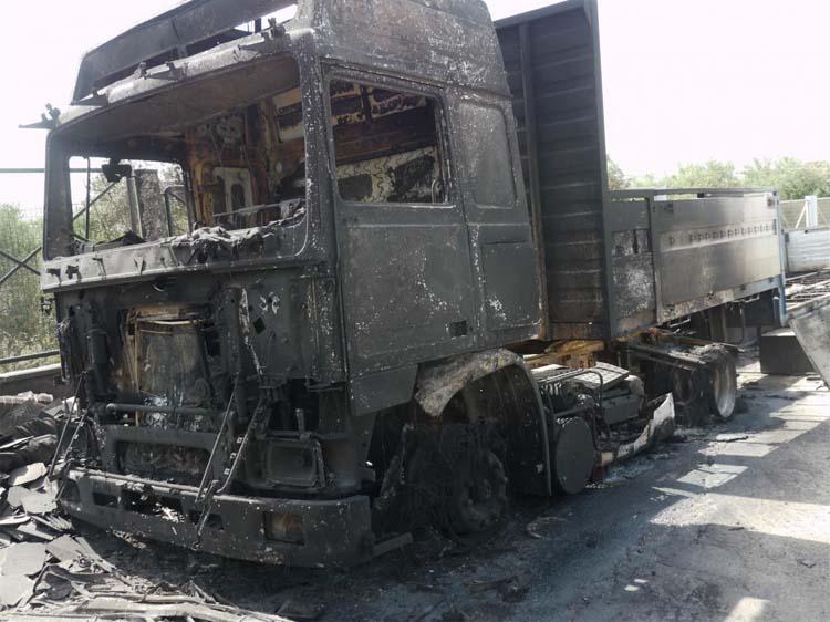 Άρπαξε φωτιά και κάηκε ολοσχερώς νταλίκα λίγο έξω από τη Λάρισα!