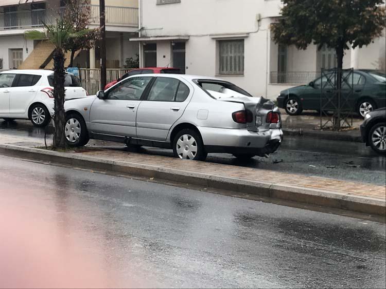 Καραμπόλα τριών οχημάτων στη Σαρίμβεη - Δείτε φωτογραφίες
