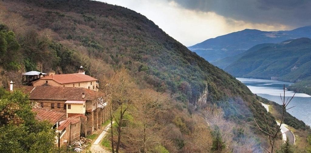 Λαρισαίος μοναχός σώθηκε από θαύμα  - Βράχος καταπλάκωσε το κελί του