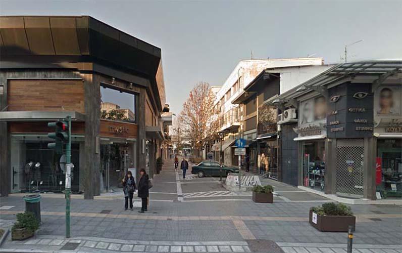Η οδός Ερμού στο κέντρο της Λάρισας φορά τα γιορτινά της και... θυμάται!