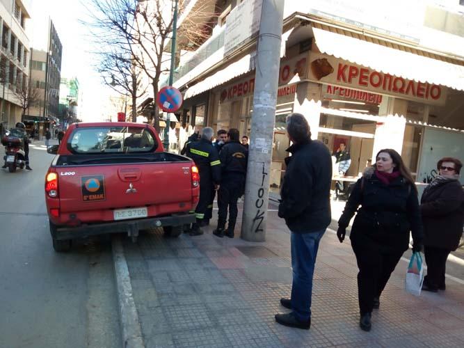 Αναστάτωση στο κέντρο της Λάρισας - Επιχείρηση της ΕΜΑΚ για την απομάκρυνση τεντών που ξεκόλλησαν! (φωτό)