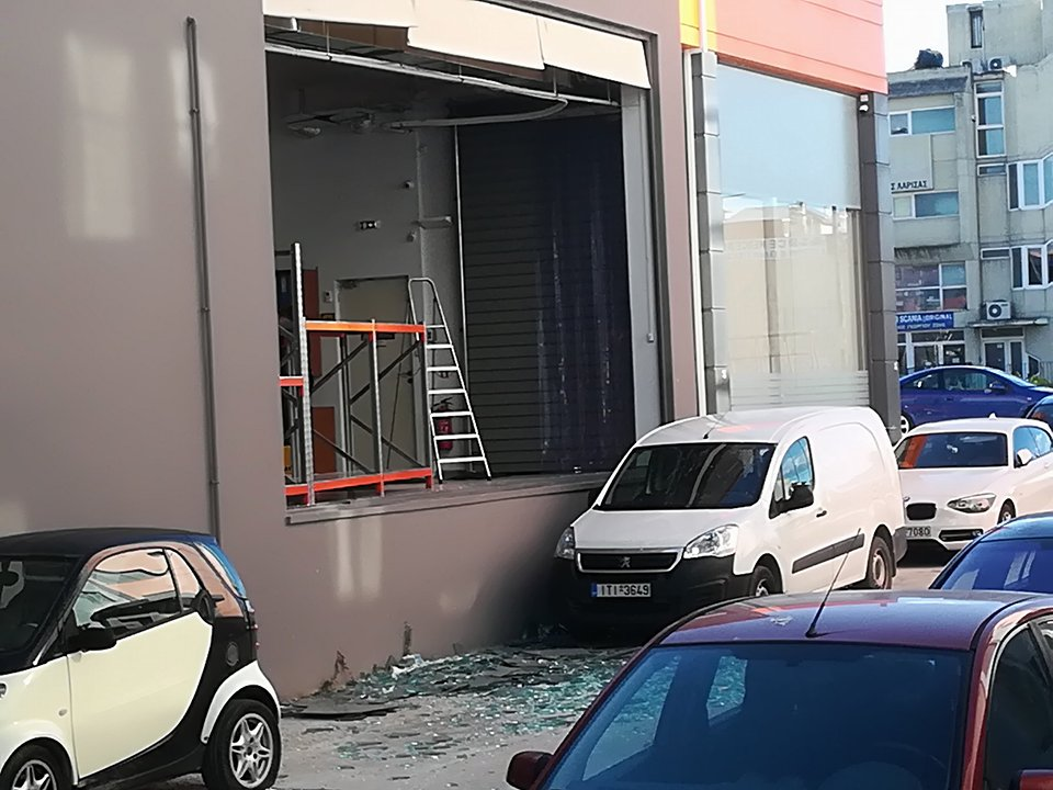 Τζαμαρία επιχείρησης θρυμμάτισε ο ισχυρός άνεμος στη Λάρισα (ΦΩΤΟ)