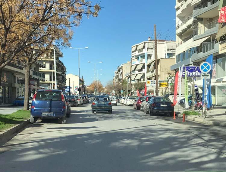 """""""Ζούγκλα"""" η Ηρώων Πολυτεχνείου στη Λάρισα - Ανύπαρκτη η Τροχαία, παρκάρουν όπου... γουστάρουν οι οδηγοί (φωτο)"""