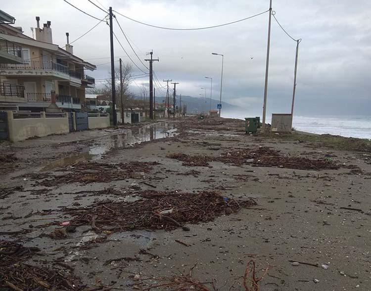 Βγήκε η θάλασσα στη στεριά στον Αγιόκαμπο - Προβλήματα και στην Κουτσουπιά (φωτό)
