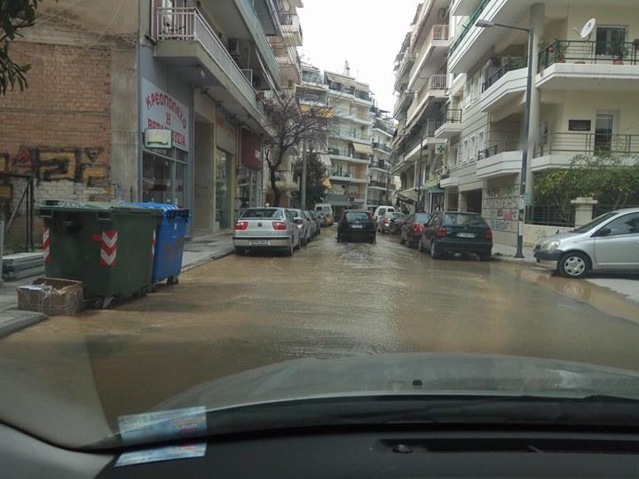 Πλημμύρισαν κεντρικοί δρόμοι στη Λάρισα - Έσπασε αγωγός της ΔΕΥΑΛ (φωτό)