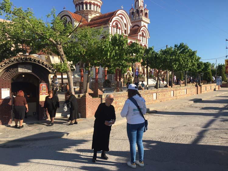 Το... τερμάτισαν στη Λάρισα: Διαφήμιζαν προϊόντα για μασέλες έξω από εκκλησία που πανηγύριζε! (φωτό)