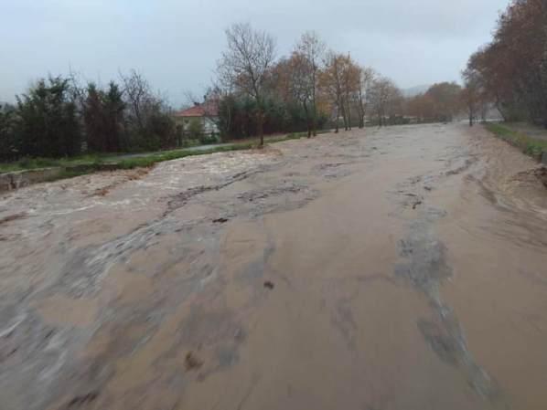 Απίστευτες εικόνες! Πλημμύρισαν τα παράλια της Αγιάς – Χείμαρροι οι δρόμοι στον Αγιόκαμπο (Δείτε φωτογραφίες και βίντεο)