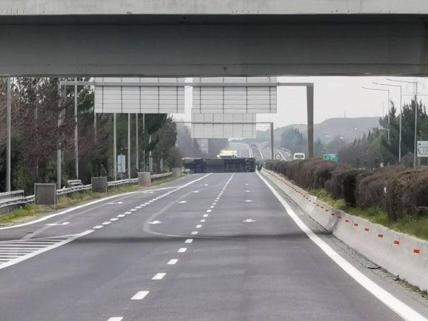 """Δείτε φωτογραφίες από τη νταλίκα που """"δίπλωσε"""" στην εθνική οδό έξω από τη Λάρισα και διέκοψε την κυκλοφορία"""