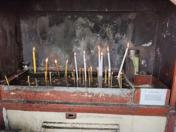 Λαρισαίοι πιστοί προσέρχονται στον Ιερό Ναό Αγίου Γεωργίου για να λάβουν το Άγιο Φως (φωτο)
