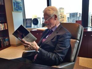 Bill Clinton citind cartea lui Bush