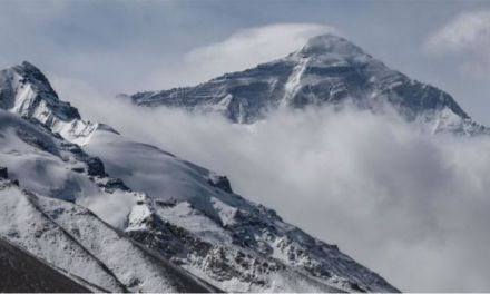 Chinese team summit Mount Everest during pandemic