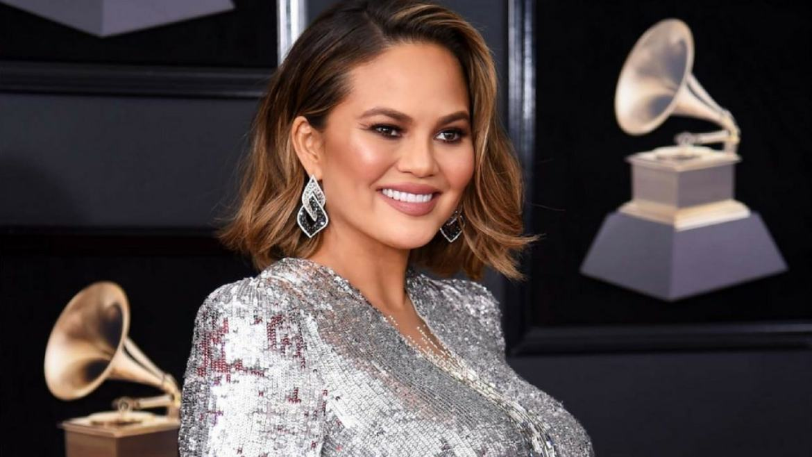Chrissy Teigen again shamelessly showed how the breasts of breastfeeding mothers look.