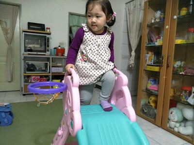在家也要操小孩的溜滑梯,可惜真的是太小台。