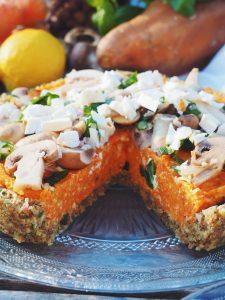 Tarte mi-crue mi-cuite sans farine à la patate douce, aux carottes, basilic et noisettes