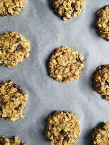 Préparation des cookies aux flocons d'avoine, chocolat et cerneaux de noix