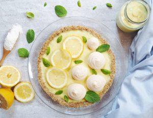 Tarte au citron avec fond de tarte cru aux noisettes et à la noix de coco.