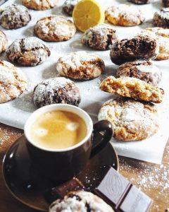 Crinkles ou biscuits craquelés maison accompagnés d'un bon café