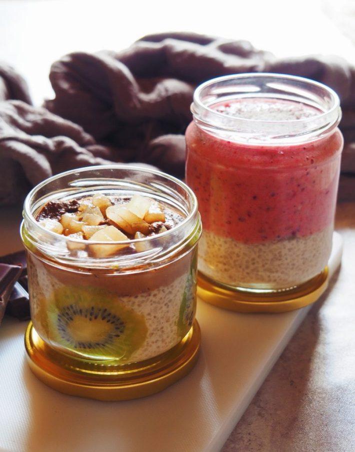 Dessert de tapioca au lait de coco et smoothie de fruits rouges à droite, même base servie avec une crème au chocolat-noisette et des poires à gauche.