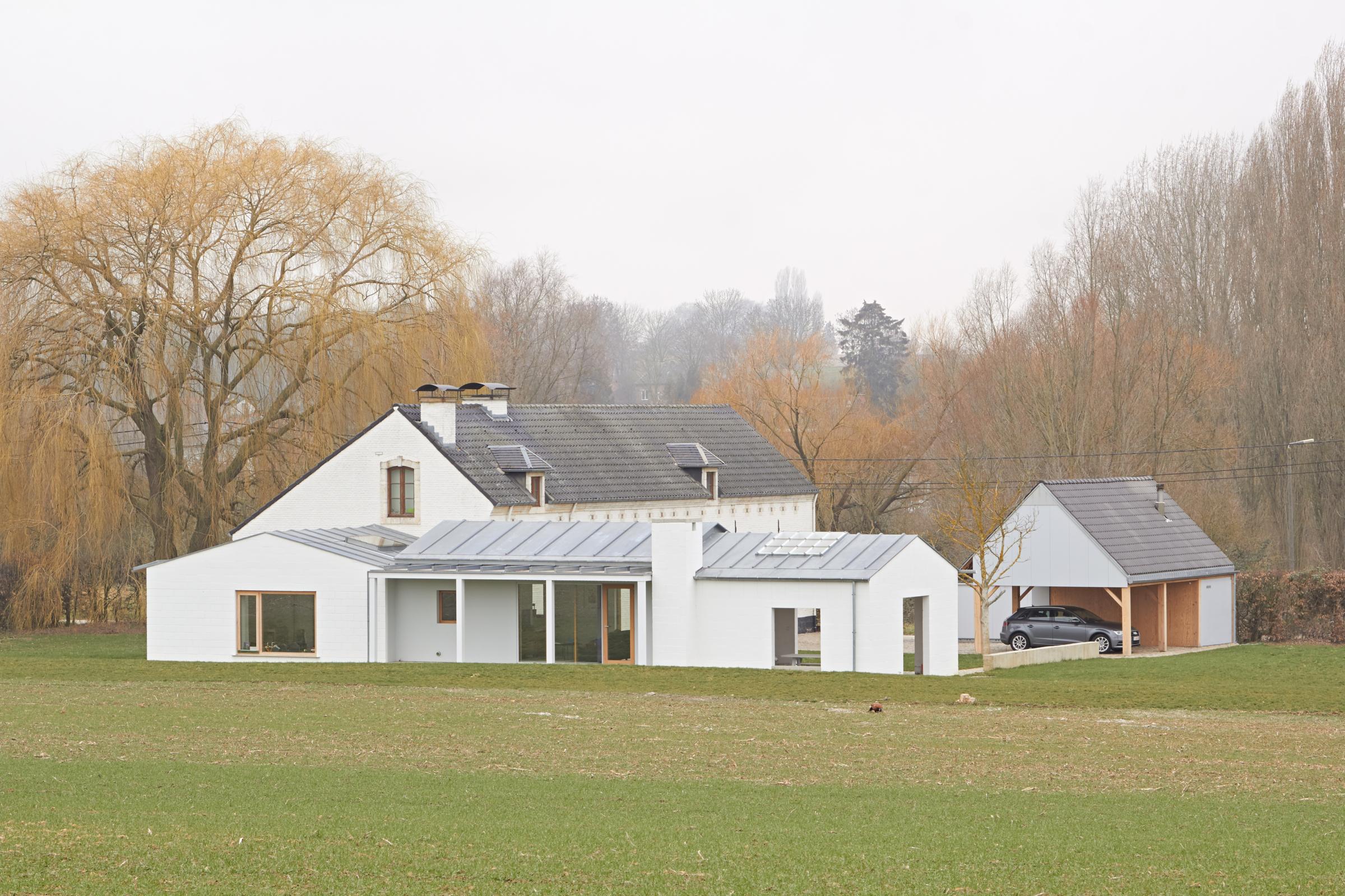 De nieuwe volumes vergezellen het solitaire huis en domesticeren een stuk land