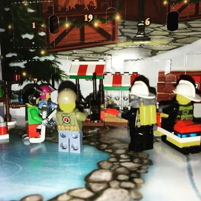 #legocityadvent Day 17: everyone crowds round to admire the new market stall.