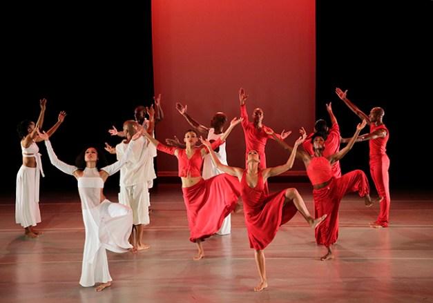 Grace Choreography by Ronald K. Brown Alvin Ailey American Dance Theater Credit Photo: Paul Kolnik studio@paulkolnik.com