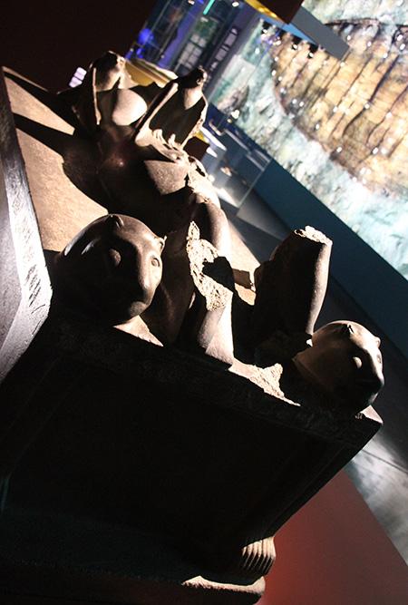 Statuaire culturelle d'Osiris-Onnophris sur lit léonin