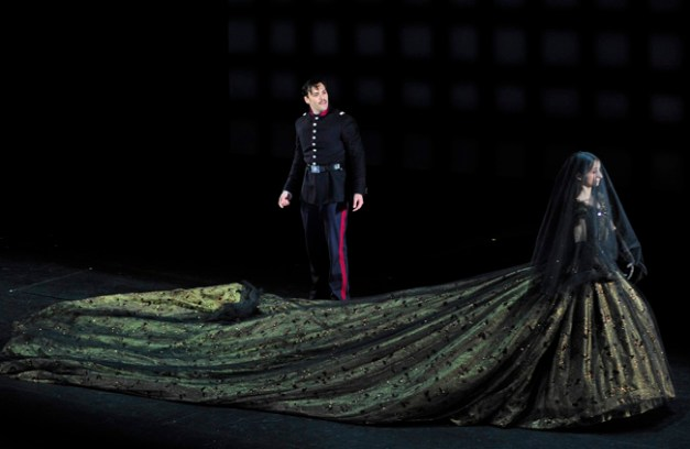 Passion 12b - Ryan Silverman (Giorgio Bachetti) - Charlotte Arnould (Fosca jeune fille) - ©Théâtre du Châtelet - Marie-Noëlle Robert