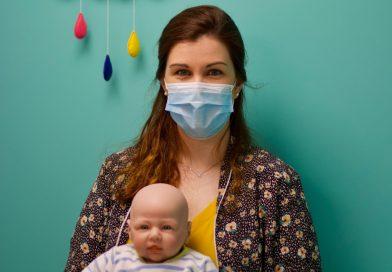 Tout en douceur, Emmanuelle éveille les bébés à Amiens