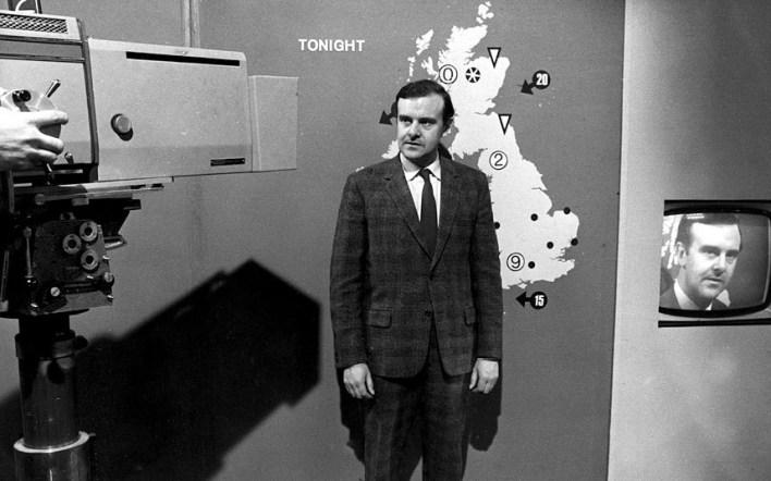 بعد إدخال التلفزيون الملون في عام 1967, بدأت BBC بعرض مجموعة جديدة من الرموز التي تشرح حالة الطقس مثل المثلثات للامطار الخفيفة والدوائر للامطار الغزيرة. في هذه الصورة نرى مذيع الارصاد Jack Foord الاكثر شعبية في تلك الفترة.