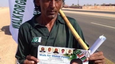 لأداء فريضة الحج ... رحالة باكستاني يقطع 6 الاف كيلو مشيا على الاقدام من باكستان الى السعودية!
