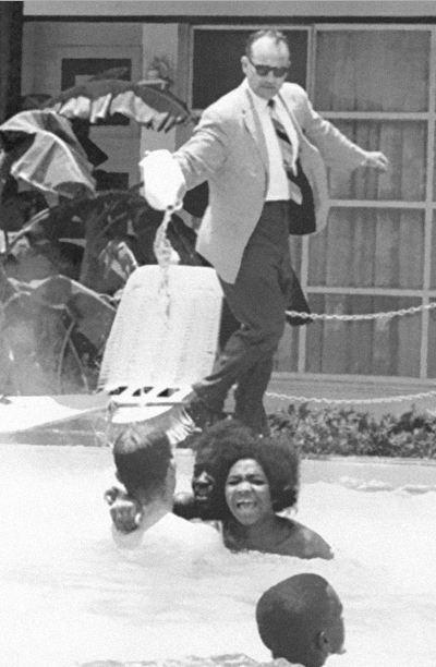 صاحب فندق يصب الاسيد في حمام السباحة يسبح به مجموعة من السود 1964