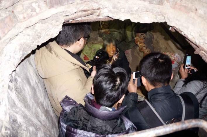 صيني يتخذ من بالوعة الصرف الصحي مسكنا له 6