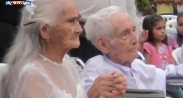 نزولاً عند رغبة أحفاده الخمسين رجل مُسن يقرر الزواج بمحبوبته
