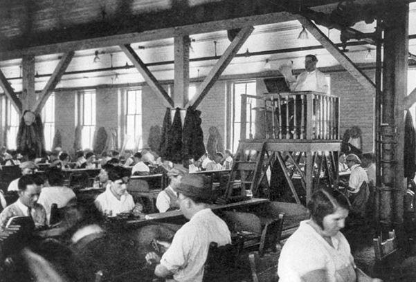 قارىء للترفيه عن عمال المصنع