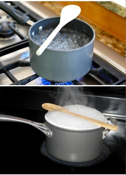 وضع ملعقة خشبية لمنع غليان الماء أو الحليب